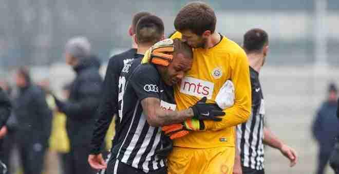 Everton Luiz consolado por su compañero de equipo