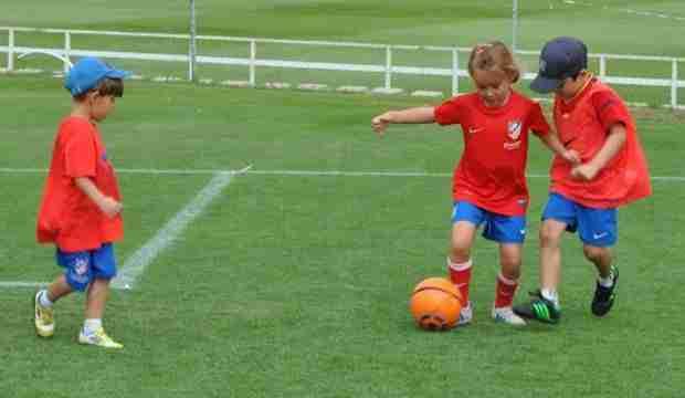 Niños del Atlético de Madrid jugando