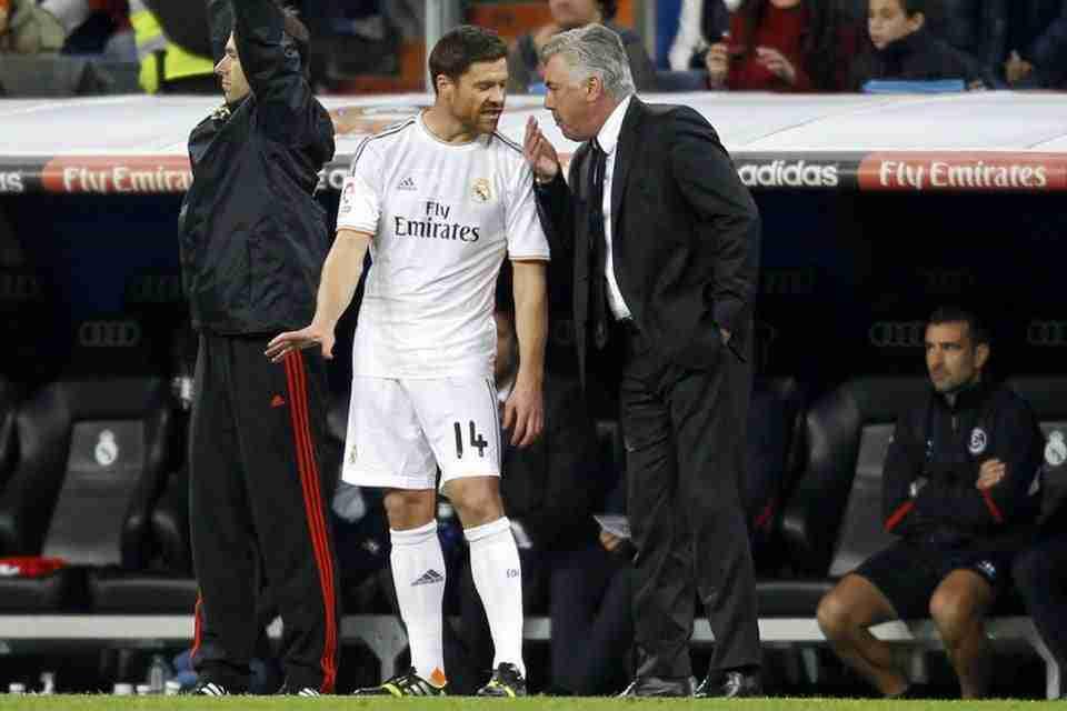 Ancelotti dando indicaciones a Xabi Alonso