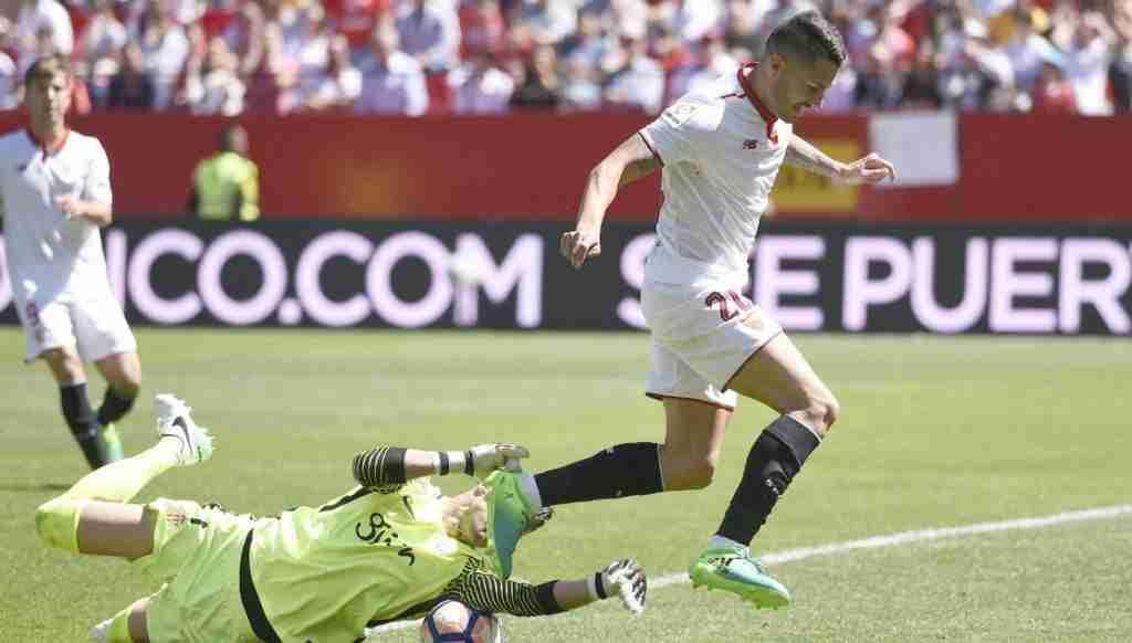 Vitolo Sevilla disputa un balón