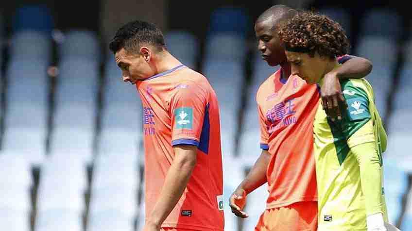 Los jugadores del Granada cabizbajos tras confirmarse su descenso a Segunda