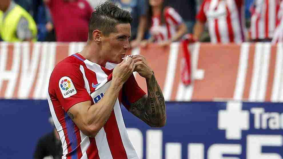 Fernando Torres besa escudo Atlético