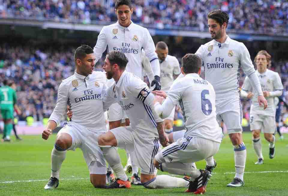 Los jugadores blancos celebrando un gol de Sergio Ramos