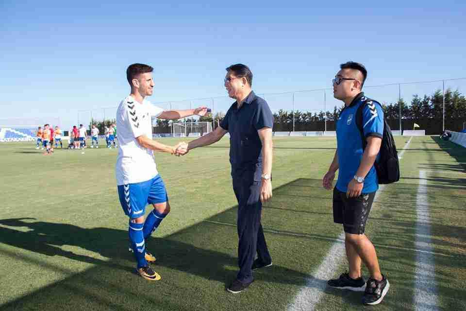 Xu Genbao saluda a un jugador de la plantilla
