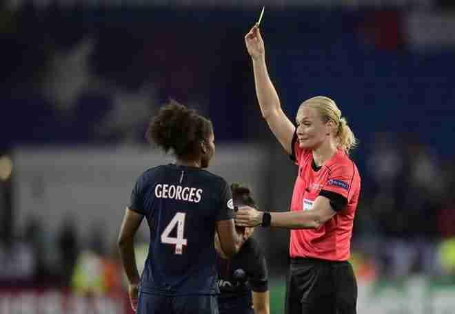 Bibiana Steinhaus sacando la amarilla a una de las jugadoras del partido