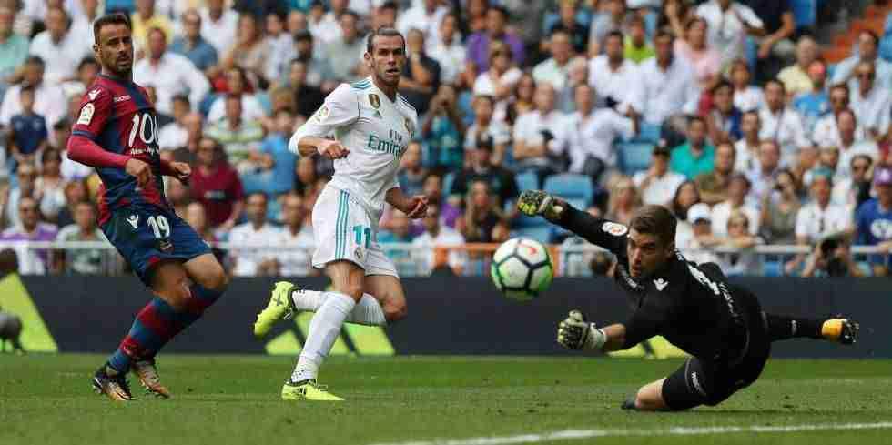 Bale rematando un balón contra la portería del Levante el pasado fin de semana