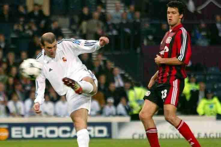 Volea Zidane con Michael Ballack observando