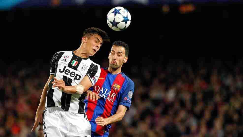 Busquets luchando por un balón contra el jugador de la Juventus