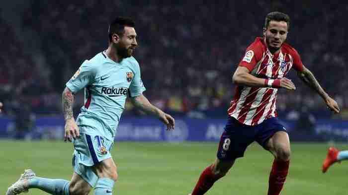 Messi y Saúl luchan por el balón