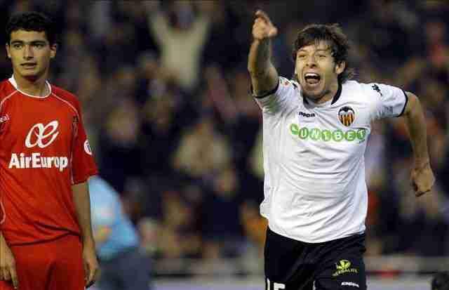Ángel Dealbert celebrando gol con el Valencia CF