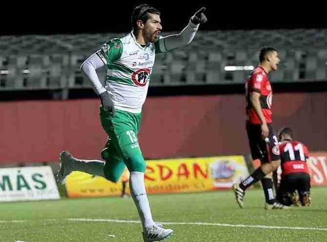 Abreu celebrando un gol con el CD Puerto Montt