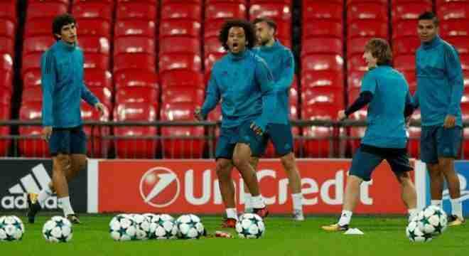 Los jugadores del Real Madrid entrenando ayer en el estadio de Wembley
