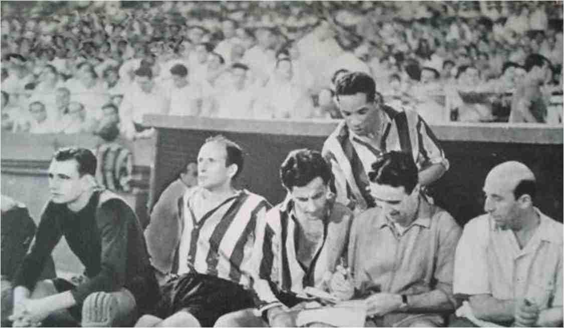 Zamora, Lozano y Helenio Herrera dando órdenes a Silva y Ben Barek