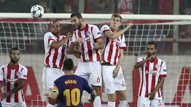 Leo Messi lanzando un tiro directo durante el encuentro contra el Olympiacos