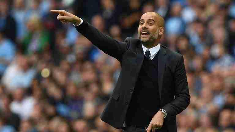 Pep Guardiola dando instrucciones Manchester City