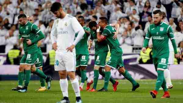 Los jugadores del Leganés celebrando el gol de su equipo ante la decepción blanca