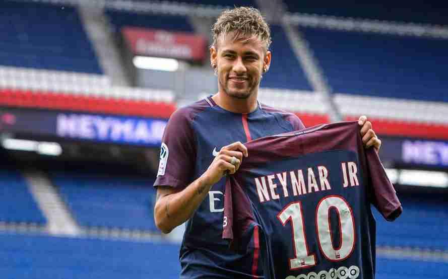 Neymar posa camiseta PSG