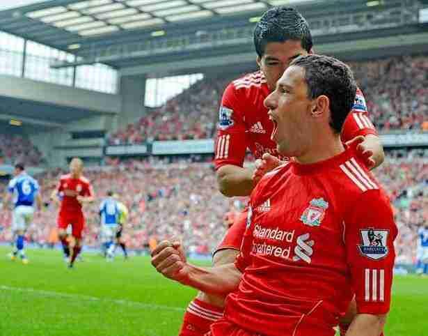 Maxi Rodríguez celebra un gol en el Liverpool junto a Luis Suárez