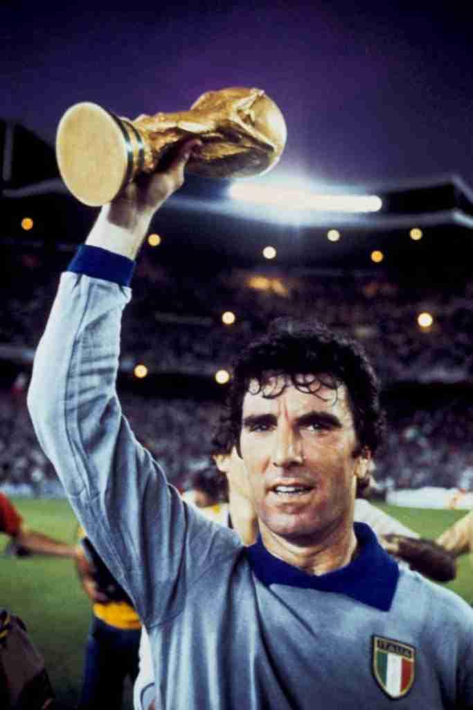 Dino Zoff levanta la Copa del Mundo