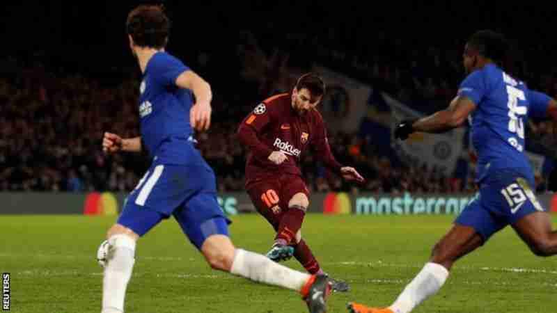 Messi lanzando a portería en el partido contra el Chelsea del pasado martes