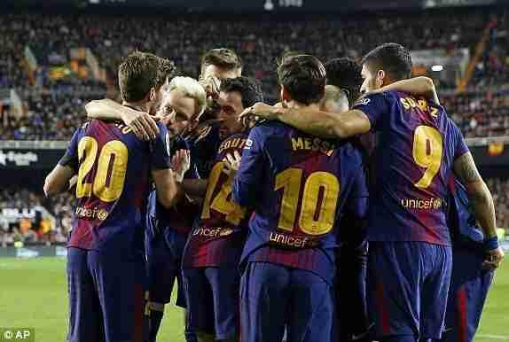 Los jugadores del Barcelona festejan el gol de Coutinho