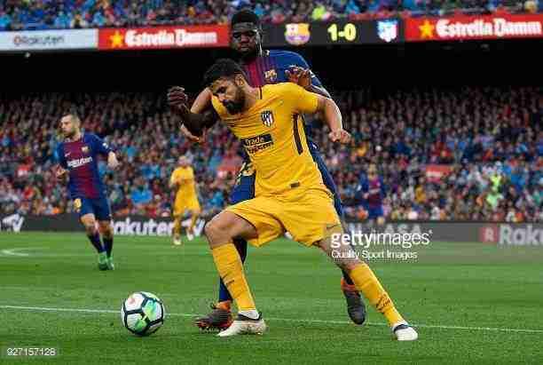 Umititi y Diego Costa luchan balón