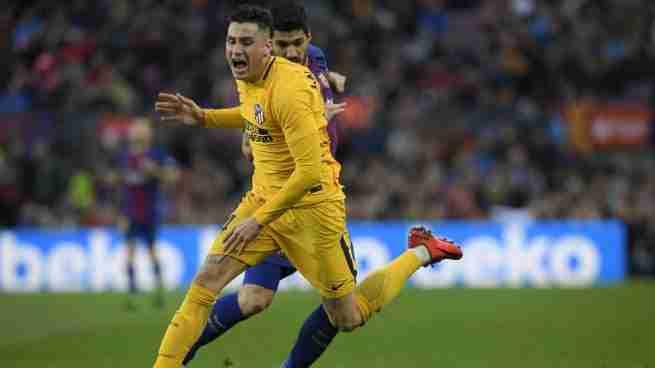 Giménez y Luis Suárez luchan balón