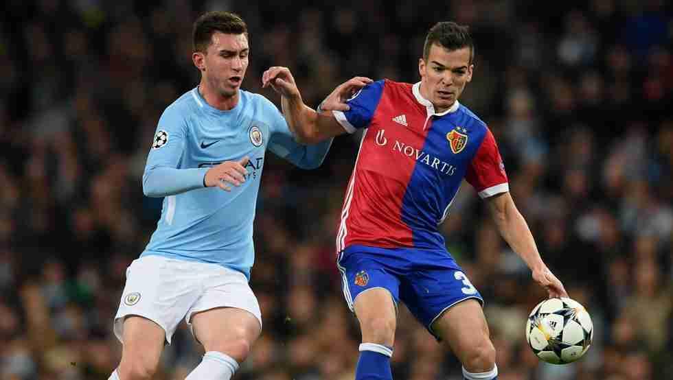 Jugadores del City y del Basilea luchan por el balón