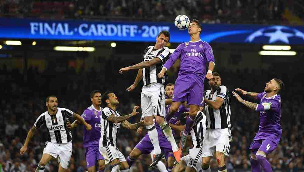 Cristiano Ronaldo salta con Mandzukic