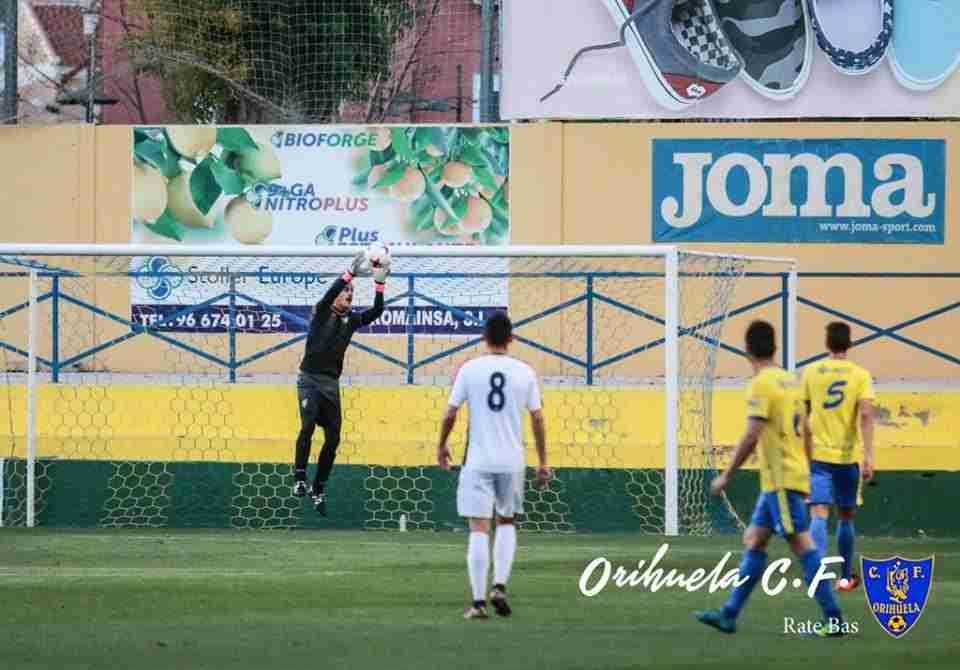 El portero Emilio en una intervención en el partido ante CD Roda