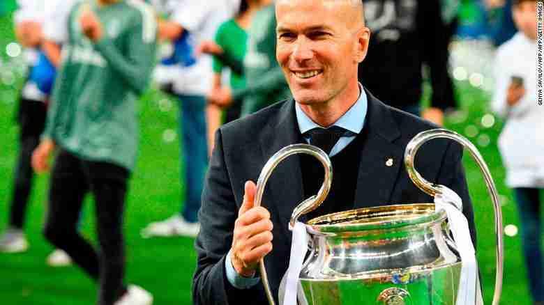 Zinedine Zidane sosteniendo la orejona tras haberla conquistado minutos antes