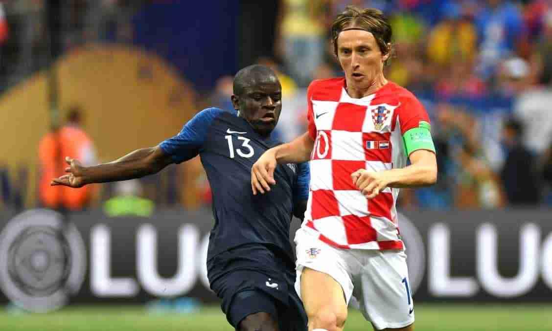 Modric disputa balón Croacia