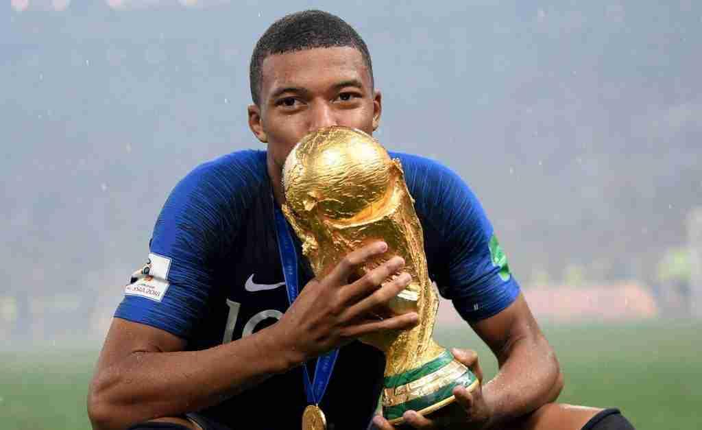 Mbappé besa copa Mundo