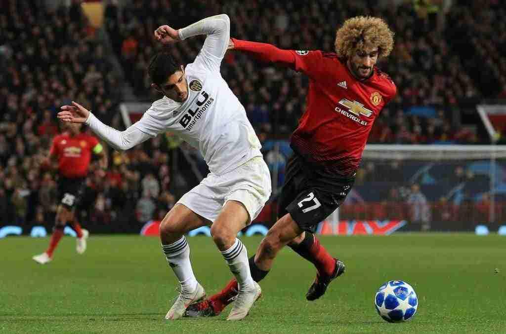 Jugadores del Manchester United y de la Juventus pelean un balón durante el encuentro