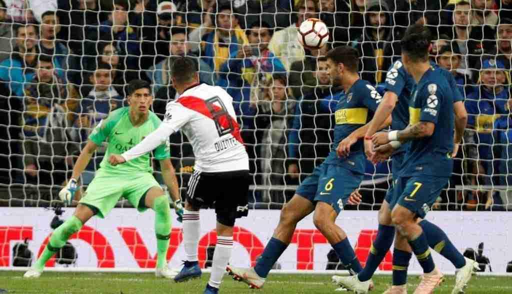 Juan Fernando Quintero golpea el balón gol River Plate