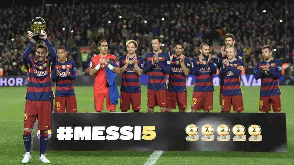 Messi presentando 5º balón oro afición