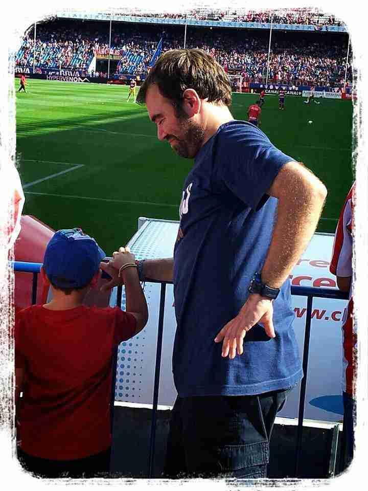 Paco Luna con su hijo en el Vicente Calderón