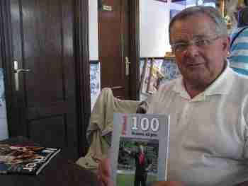 Mikel Etxarri con su libro
