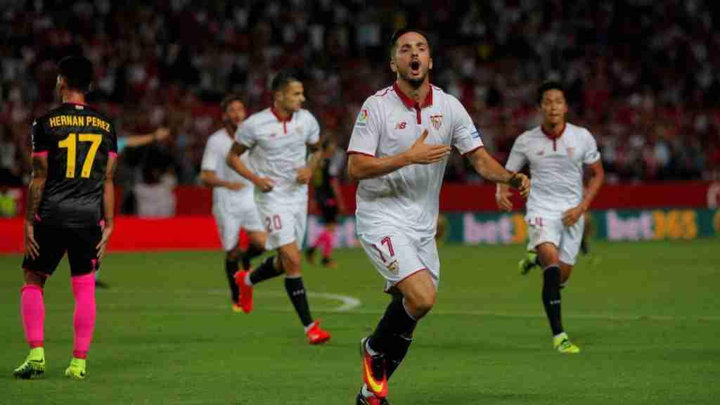 Pablo Sarabia celebra un gol con el Sevilla