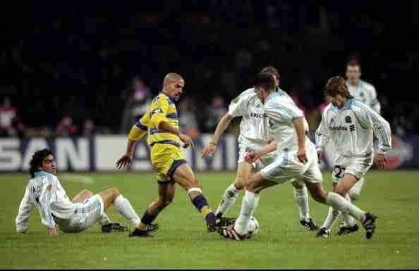 Verón Parma rodeado de futbolistas del Olympique de Marsella