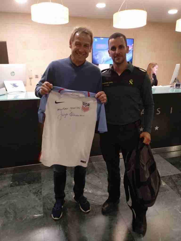 Juergen Klinsmann posa camiseta con la Guardia Civil
