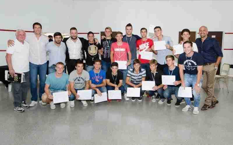 Juan Sebastián Verón con profesores y estudiantes del club de La Plata