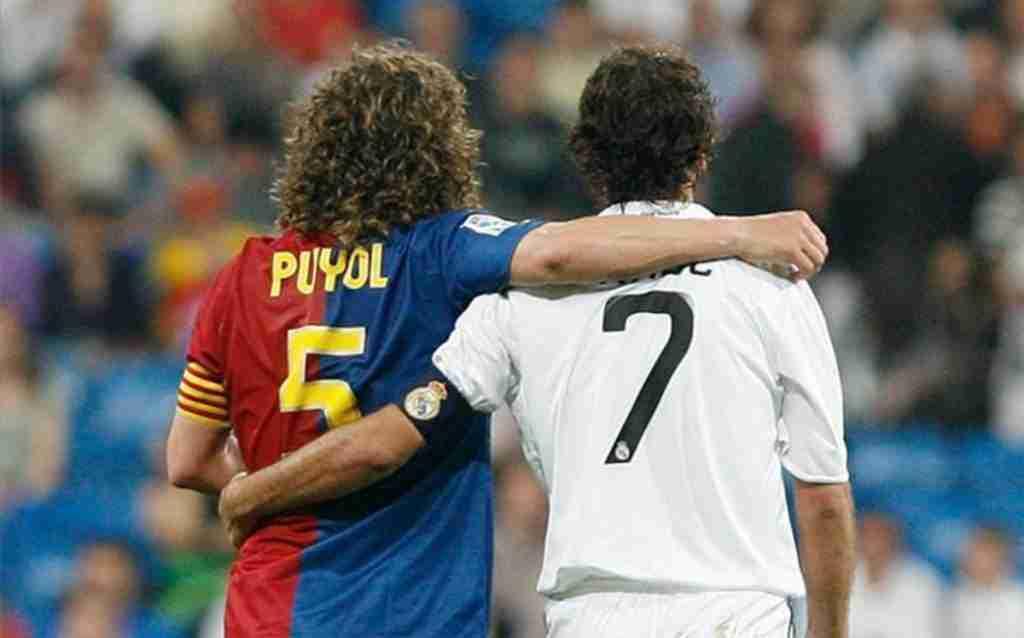 Carles puyo y Raúl González se abrazan