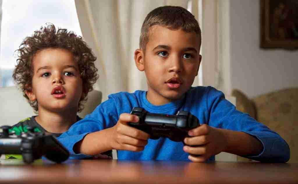Ludopatía infantil. Niños jugando con la consola