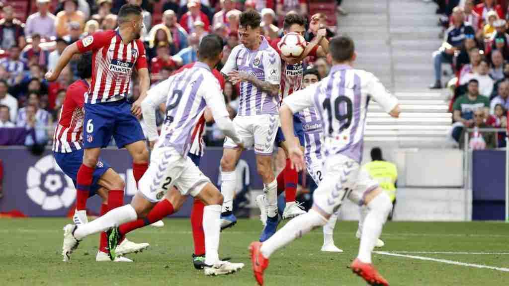 Jugadores del Valladolid reclaman penalti ante el Atlético de Madrid