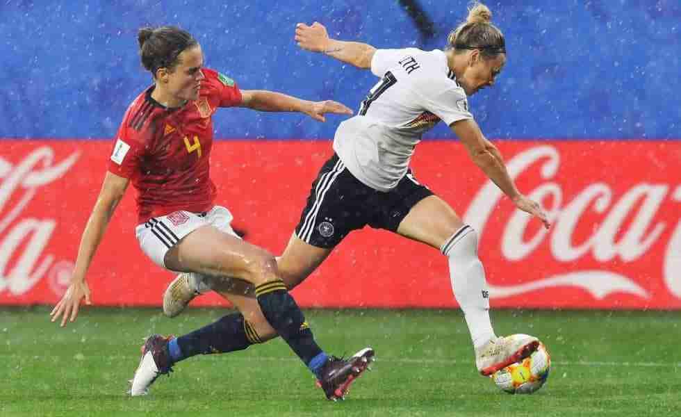 Irene Paredes pugna por un balón con Svenja Huth