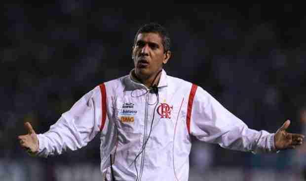 Paulo Silas durante su etapa como entrenador del CR Flamengo