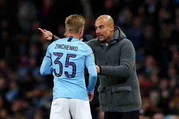 Guardiola dando instrucciones a Zinchenko