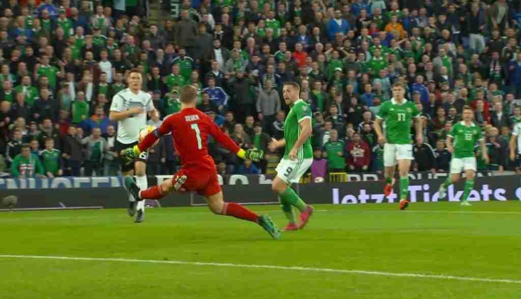 Manuel Neuer evitando el gol de Irlanda del Norte