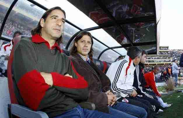 Gabriel Amato y Matías Almeyda en el banquillo de River Plate